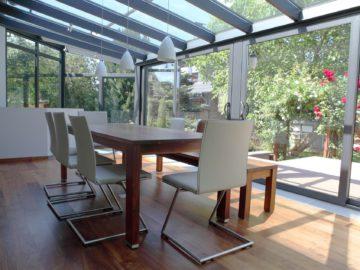 BDV Windows woonkamer in veranda met tuinuitzicht, tafel en stoelen