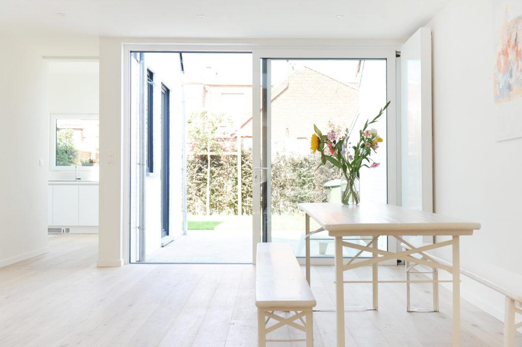 BDV Windows woonkamer glazen schuifdeur en tafel