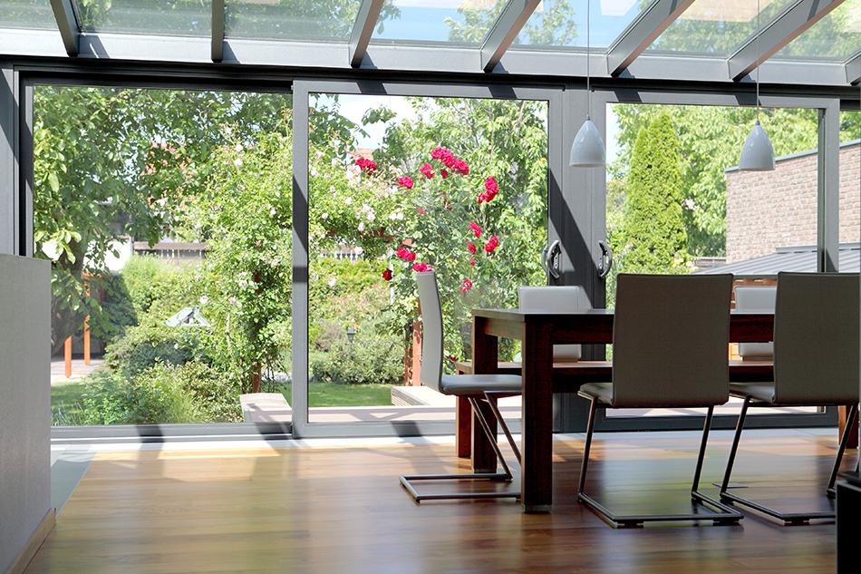 BDV Windows veranda met tafel en stoelen.